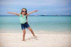 Schönes kleines Mädchen, das Spaß auf einem exotischen hat Stockbilder