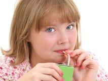 Schönes kleines Mädchen, das vom Saft-Kasten trinkt Lizenzfreie Stockfotografie