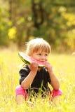 Schönes kleines Mädchen, das Wassermelone auf der Natur isst Stockbilder