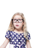 Schönes kleines Mädchen in den Gläsern überraschte oben schauen auf somethi Stockfotos