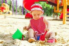Schönes kleines Mädchen in der roten Kleidung, spielend Lizenzfreies Stockbild