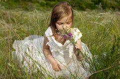 Schönes kleines Mädchen des Fairy-tale auf einem Rasen Lizenzfreie Stockbilder