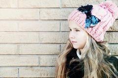 Schönes kleines Mädchen des Porträts auf der hellen Wandhintergrundweinlese getont Lizenzfreie Stockfotografie