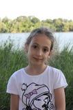 Schönes kleines Mädchen durch das Flussporträt Stockbilder