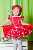 Schönes kleines Mädchen in einem roten Kleid Stockbild