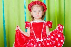 Schönes kleines Mädchen in einem roten Kleid Stockfotografie