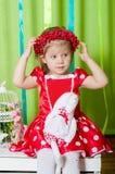 Schönes kleines Mädchen in einem roten Kleid Lizenzfreies Stockbild