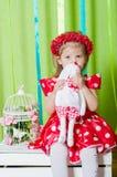 Schönes kleines Mädchen in einem roten Kleid Stockfoto