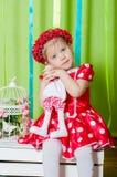 Schönes kleines Mädchen in einem roten Kleid Stockbilder