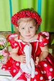 Schönes kleines Mädchen in einem roten Kleid Lizenzfreies Stockfoto