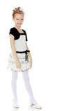 Schönes kleines Mädchen in einem weißen kurzen Kleid mit einem schwarzen Gürtel Lizenzfreie Stockfotos