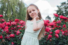 Schönes kleines Mädchen im Garten Lizenzfreie Stockfotografie