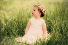 Schönes kleines Mädchen im Kranz von Blumen Lizenzfreies Stockfoto