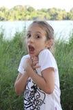 Schönes kleines Mädchen macht ein lustiges Gesicht Stockbilder