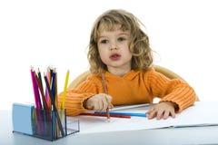 Schönes kleines Mädchen mit Bleistiften stockfotos