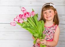 Schönes kleines Mädchen mit Blume Stockfotografie