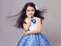Schönes kleines Mädchen mit Blume in ihrem Haar Lizenzfreie Stockbilder