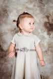 Schönes kleines Mädchen mit dem blonden Haar und den prallen Backen Stockfoto
