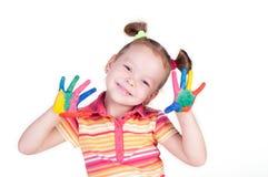 Schönes kleines Mädchen mit den Händen in der Farbe lizenzfreie stockbilder