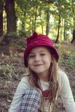 Schönes kleines Mädchen mit der Hutaufstellung Stockbild