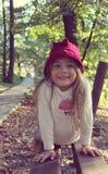 Schönes kleines Mädchen mit der Hutaufstellung Lizenzfreie Stockfotos