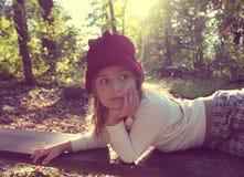 Schönes kleines Mädchen mit der Hutaufstellung Lizenzfreies Stockfoto