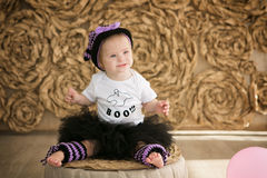 Schönes kleines Mädchen mit Down-Syndrom in einer Klage eine kleine Hexe stockfoto