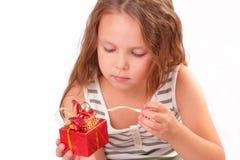 Schönes kleines Mädchen mit einem Geschenk stockbild