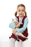 Schönes kleines Mädchen mit einem Kätzchen. Lizenzfreies Stockbild