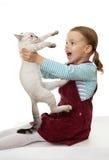 Schönes kleines Mädchen mit einem Kätzchen. Stockfoto
