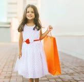 Schönes kleines Mädchen mit Einkaufstasche Stockfotografie