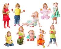 Schönes kleines Mädchen mit Frucht Lizenzfreie Stockbilder