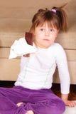 Schönes kleines Mädchen mit geschmackvoller Schokolade lizenzfreie stockbilder