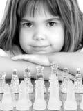 Schönes kleines Mädchen mit Glasschach-Vorstand Stockbilder