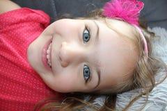 Schönes kleines Mädchen mit großem Porträt der blauen Augen Lizenzfreie Stockbilder