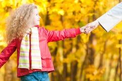 Schönes kleines Mädchen mit in Herbstpark. Lizenzfreies Stockfoto