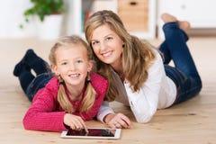 Schönes kleines Mädchen mit ihrer Mutter Lizenzfreie Stockbilder