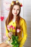 Schönes kleines Mädchen mit perfektem Make-up und Haarkleid Lizenzfreies Stockfoto