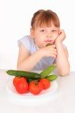 Schönes kleines Mädchen mit Platte mit Gemüse Stockbild