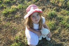Schönes kleines Mädchen mit Teddybärporträt Lizenzfreies Stockbild