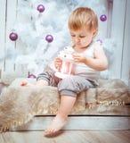 Schönes kleines Mädchen nahe einem Weihnachten Lizenzfreies Stockfoto