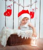 Schönes kleines Mädchen nahe einem Weihnachten Stockbild
