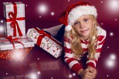 Schönes kleines Mädchen in Sankt-Hut und -jeans lächelnd und Geschenke halten Lizenzfreie Stockbilder