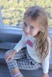 Schönes kleines Mädchen sitzt auf dem Boden Lizenzfreie Stockbilder