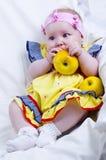 Schönes kleines Mädchen und Äpfel Stockfotografie