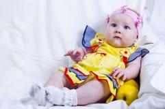 Schönes kleines Mädchen und Äpfel Lizenzfreie Stockfotografie