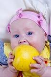 Schönes kleines Mädchen und Äpfel Stockbilder