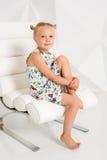 Schönes kleines Mode-Modell auf weißem Studiohintergrund Porträt des netten Mädchens aufwerfend im Studio Lizenzfreie Stockbilder