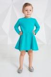 Schönes kleines Mode-Modell auf weißem Studiohintergrund Porträt des netten Mädchens aufwerfend im Studio Stockfotos