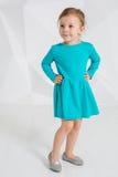 Schönes kleines Mode-Modell auf weißem Studiohintergrund Porträt des netten Mädchens aufwerfend im Studio Stockbild